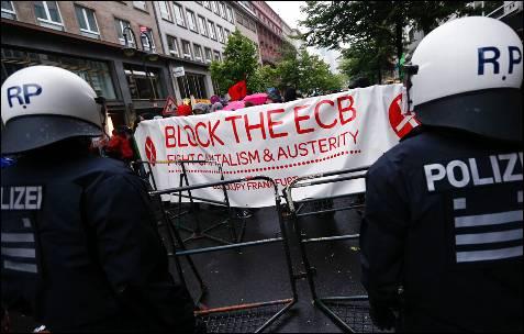 Los manifestantes de Blockupy delante de la sede del BCE con una pancarta contra la austeridad.