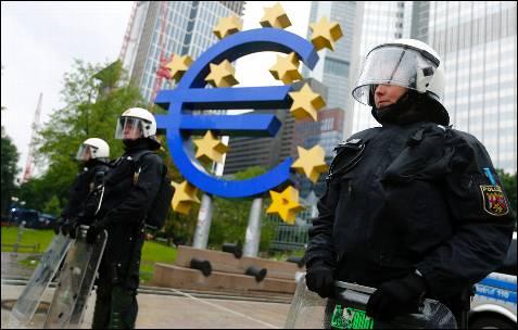 La policía alemana protege la entrada a la sede del BCE, en el distrito financiero de Fráncfort.