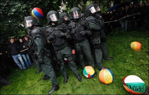 Un grupo de policías durante la concentración delante del BCE convocada por Blockupy.