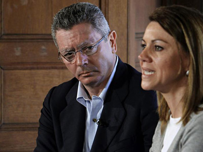 La secretaria general del PP, María Dolores de Cospedal, junto al ministro de Justicia, Alberto Ruiz Gallardón. EFE