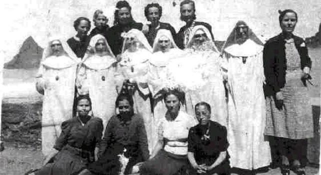 Prisioneras de Saturraran con seis de las monjas guardianas en Septiembre de 1942. Las reclusas sólo podían fotografiarse con 'la ropa de los domingos'