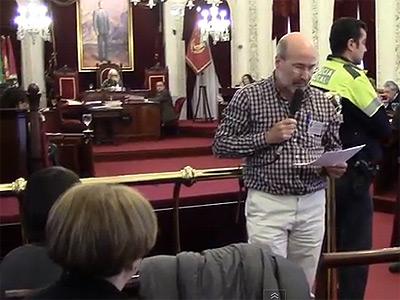 Lorenzo, de 50 años de edad y desempleado desde hace varios años, da la espalda a los concejales y se dirige al público en el pleno del Ayuntamiento de Cádiz. -Graba Tu Pleno Cádiz