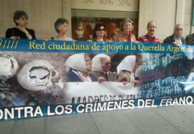 Víctimas del franquismo se manifiestan frente al Consulado argentino en España (ARCHIvo)