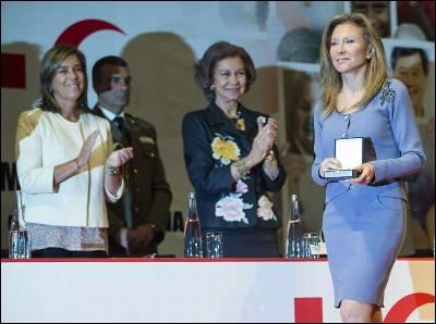 Alicia Koplowitz, presidenta de la Fundación que lleva su nombre, recibe la medalla de oro de Cruz Roja de manos de la reina doña Sofía, en presencia de la ministra de Sanidad, Servicios Sociales e Igualdad, Ana Mato y el presidente Nacional de Cruz Roja, Juan Manuel Suárez del Toro.