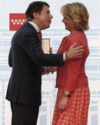 Ignacio González entrega a Esperanza Aguirre la Medalla de Oro de la Comunidad de Madrid el pasado 2 de mayo/Efe