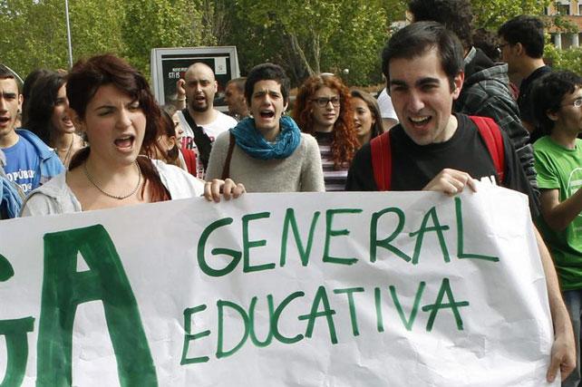 Universitarios sostienen una pancarta durante la concentración en la Ciudad Universitaria de Madrid.