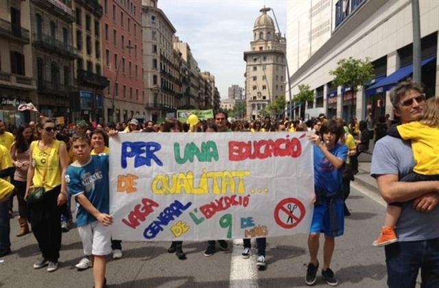 Padres, alumnos y profesores han recorrido las calles de Barcelona en contra de la reforma educativa. EP