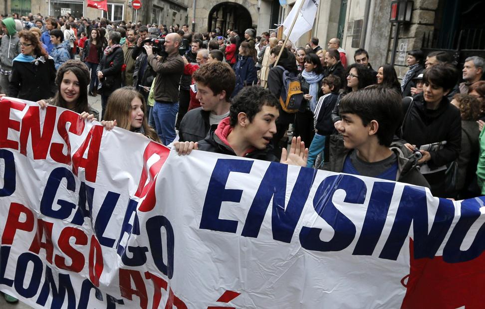 Centenares de estudiantes en la manifestación convocada por la Plataforma Gallega en Defensa de la Enseñanza Pública, en señal de rechazo a la Ley Orgánica para la Mejora de la Calidad Educativa (LOMCE) y para pedir su retirada, esta mañana en Santiago de Compostela.