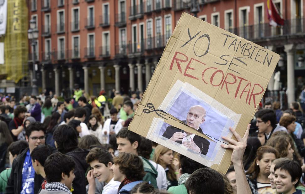 Participantes en la manifestación en contra de la Ley Orgánica de Mejora de la Calidad Educativa (LOMCE) celebrada esta mañana en Valladolid, durante la jornada de huelga convocada por la Plataforma Estatal por la Educación Pública.