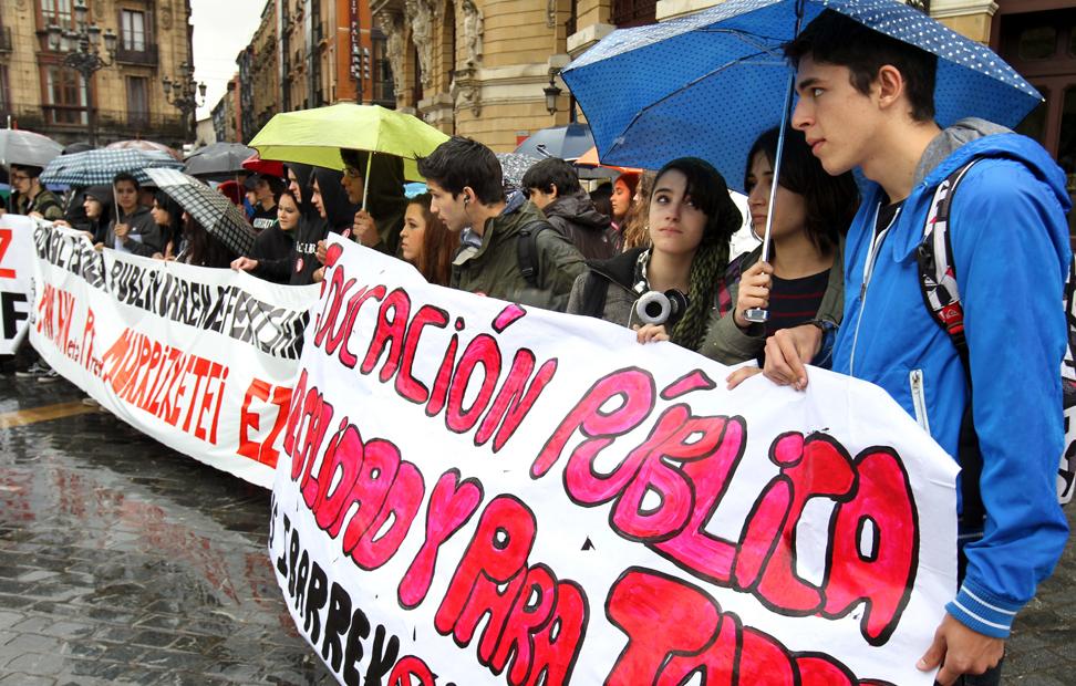 Concentración en la Plaza Arriaga de Bilbao convocada por las asociaciones de padres, el Sindicato de Estudiantes, UGT y CCOO, en señal de rechazo a la Ley Orgánica para la Mejora de la Calidad Educativa (LOMCE) y para pedir su retirada, durante la jornada de huelga convocada por la Plataforma Estatal por la Educación Pública.