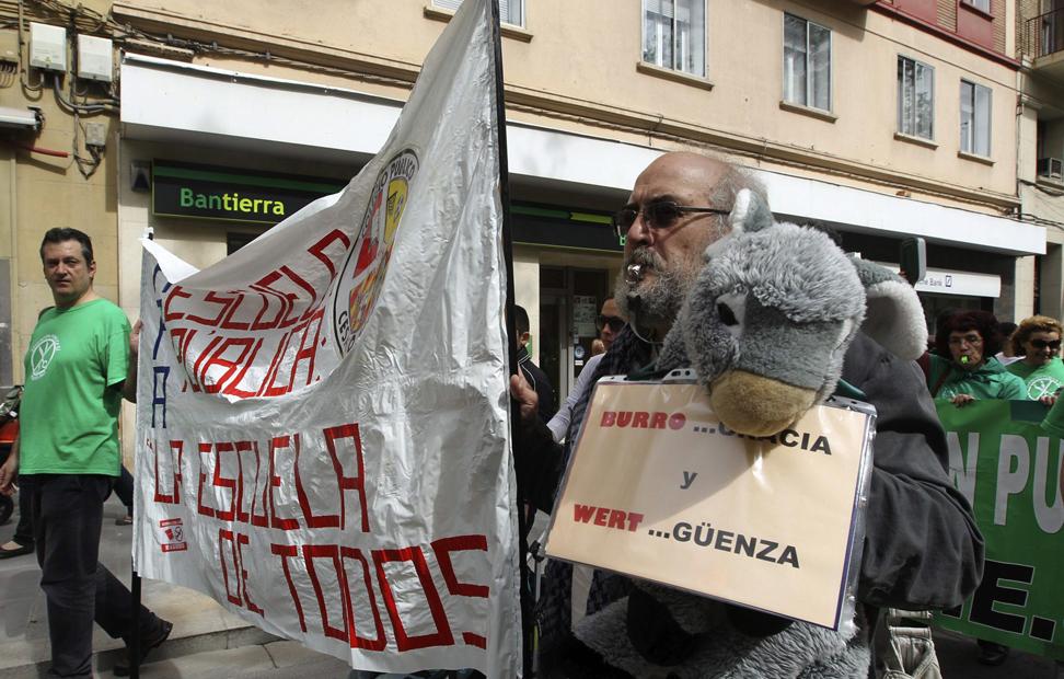 Miles de personas se han manifestado hoy por las calles de Zaragoza contra los recortes en educación y la Ley Orgánica de Mejora de la Calidad Educativa (Lomce) en la jornada de huelga nacional en el sector educativo, que también ha tenido un seguimiento masivo en Aragón.