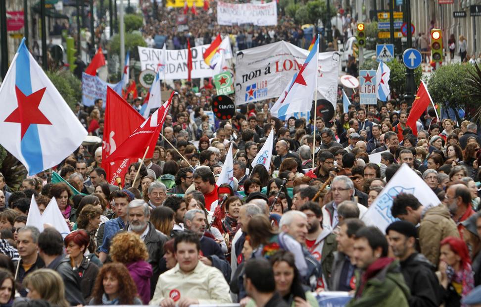Unas 15.000 personas entre profesores y estudiantes se manifestaron por las calles de Vigo en contra del proyecto de Ley Orgánica para la Mejora de la Calidad Educativa (LOMCE), durante la jornada de huelga convocada por la Plataforma Estatal por la Educación Pública.