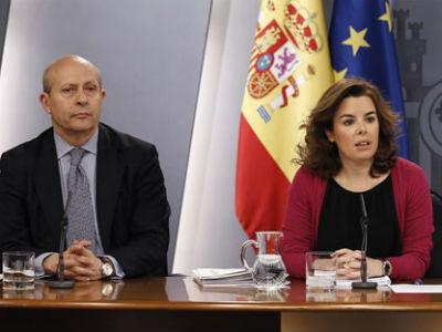 El ministro de Educación, José Ignacio Wert, con la vicepresidenta Soraya Sáez de Santamaría, durante la rueda de prensa de un Consejo de Ministros. (Archivo) EFE