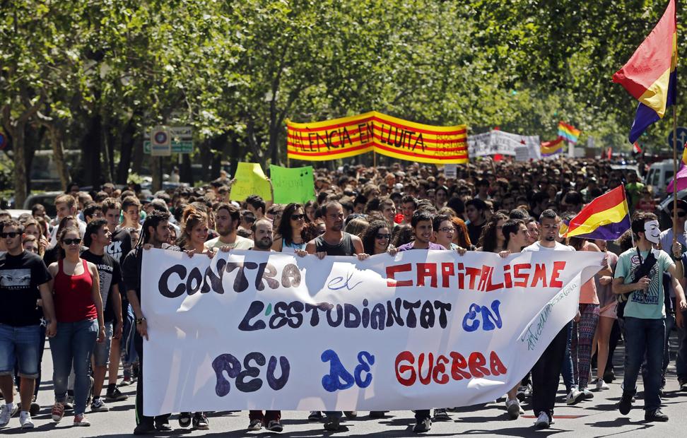 Varias personas sostienen una pancarta durante la manifestación en defensa de la educación pública llevada a cabo hoy en Valencia, con motivo de la huelga general contra la reforma educativa.