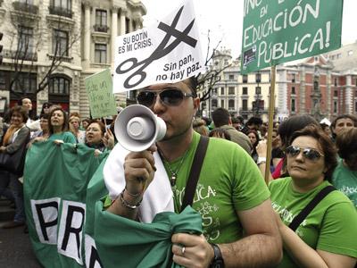 La manifestación que ha recorrido el centro del Madrid, ha sido convocada por la Plataforma Estatal por la Educación Pública con motivo de la huelga general educativa contra los 'recortes' y la reforma educativa. EFE/Kote Rodrigo