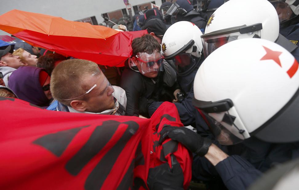 Manifestantes y policías se enfrentan durante la concetración del movimiento Blockupy en Frankfurt, Alemania.