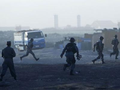Policía afgana se desplaza al lugar del atentado este lunes en Kabul. REUTERS