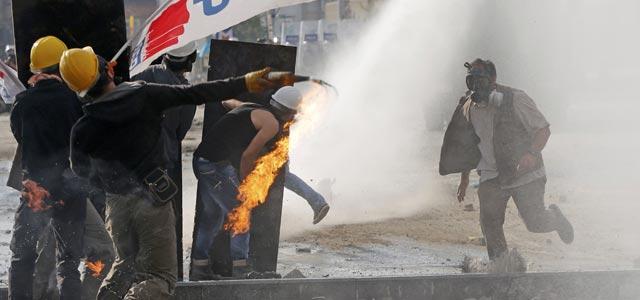 La Policía dispara sus cañones de agua contra los manifestantes, que responden con cócteles molotov, en la Plaza Taksim de Estambul (11 junio)- REUTERS/Murad Sezer