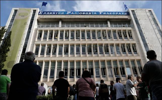 Concentración de trabajadores de ERT frente a su sede.- Reuters