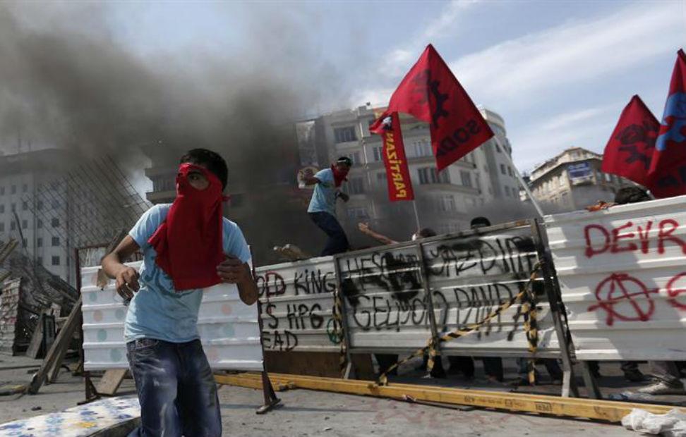 Un manifestante con la cara cubierta durante un enfrentamiento contra la policía antidisturbios cerca de la Plaza Taksim de Estambul.