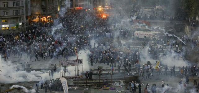 La policía turca vuelve a cargar contra los manifestantes concentrados en la céntrica plaza Taksim de Estambul.