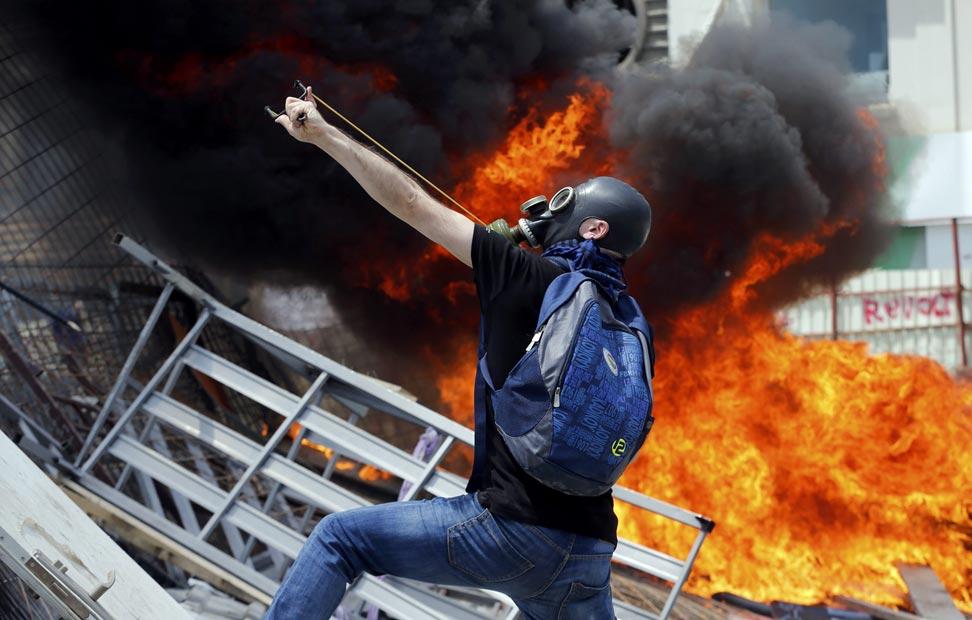 Un manifestante usa un tirachinas durante las protestas.
