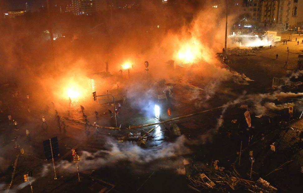La Policía usa gas lacrimógeno para dispersar a los manifestantes.