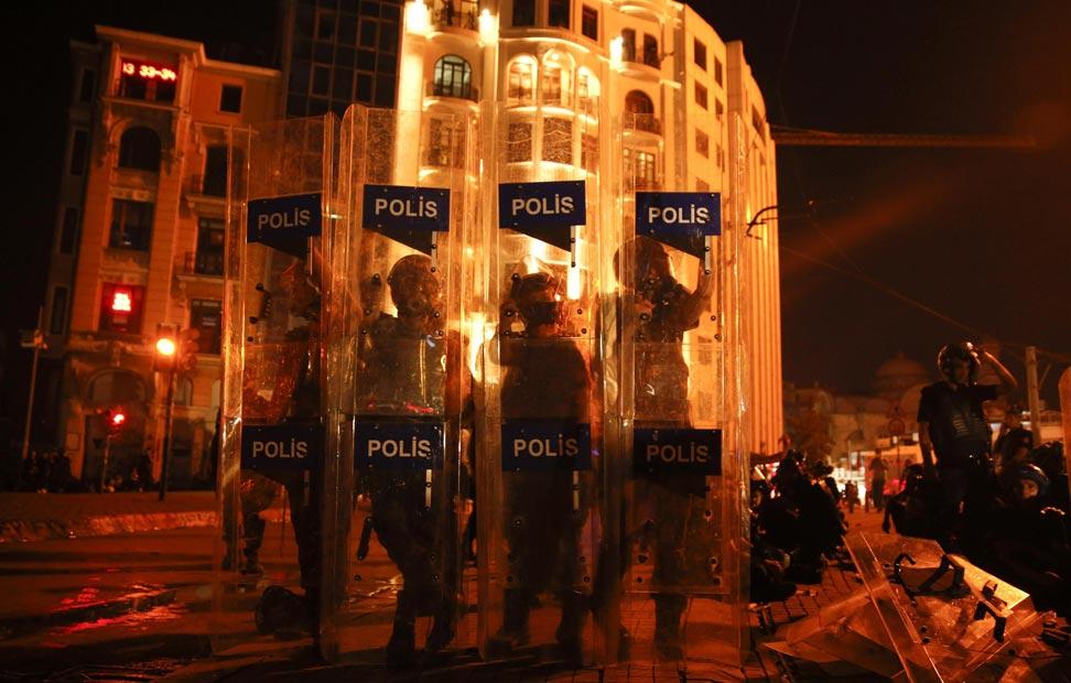 La Policía, en la plaza de Taksim.