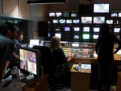 Empleados de la estación de televisión y radio pública ERT permanecen en la sede de la entidad en Atenas, Grecia, este 13 de junio de 2013. EFE/SIMELA PANTZARTZI