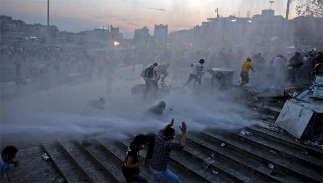 La policía turca ha vuelto a emplear cañones de agua y gases lacrimógenos contra los manifestantes. - REUTERS