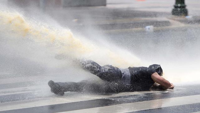Un manifestante recibe el chorro de agua de un tanqueta antidisturbios, en Ankara.