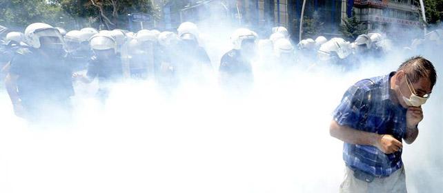 Un manifestante se protege de los gases lacrimógenos lanzados por la policía turca en la plaza Taksim.