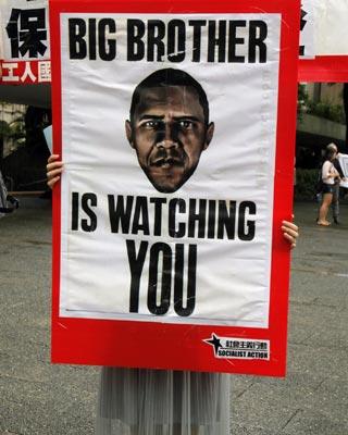 Una mujer sostiene una pancarta en Hong Kong en apoyo a Edward Snowden por los casos de espionaje revelados en EEUU. REUTERS