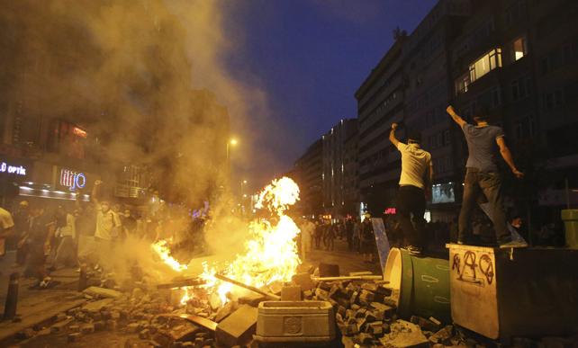 Manifestantes cortan las calles de Estambul con barricadas de fuego durante esta madrugada.