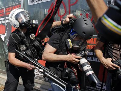 Un fotógrafo es agredido por un policía antidisturbios en la plaza Taksim de Estambul.