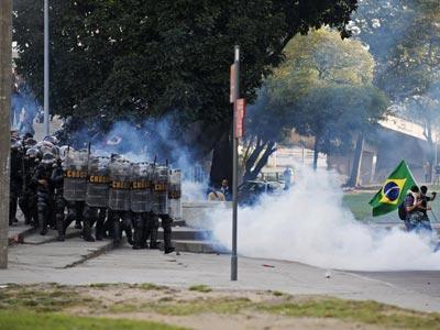 Antidisturbios brasileños dispersan a los manifestantes cerca del estadio de Maracaná, el pasado domingo. REUTERS/Luciana Whitaker