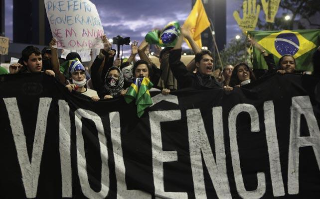 Entre otras cosas, los manifestantes protestan por fuerte violencia y represión policial. REUTERS