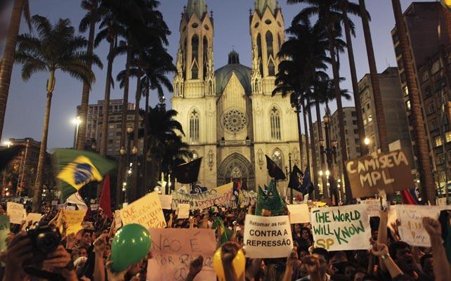 Los manifestantes ante la catedral de Sao Paulo. REUTERS
