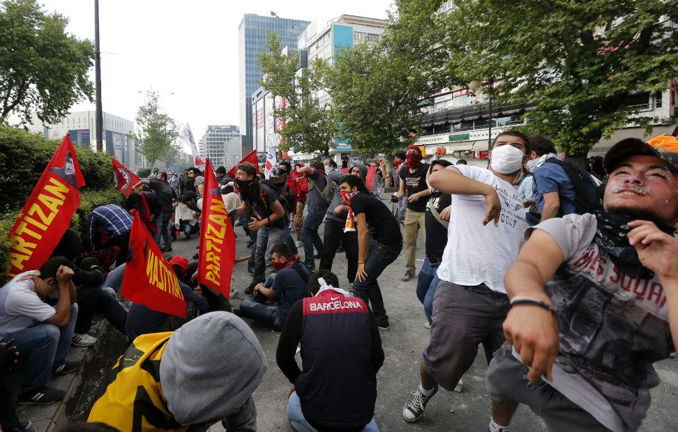 Choque de manifestantes con la policía antidisturbios en Ankara.