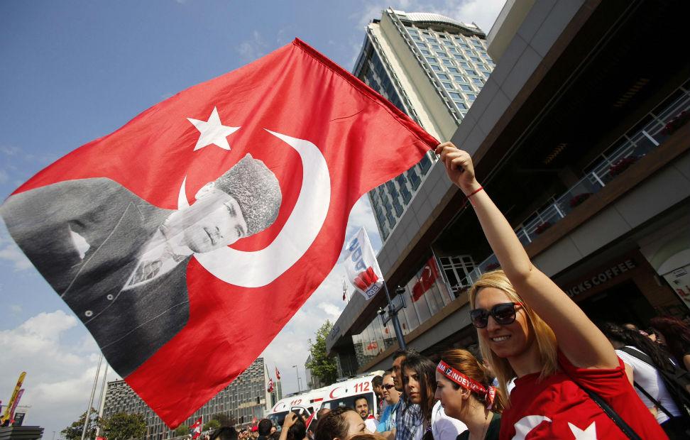 Una manifestante agita una bandera turca con un retrato de Mustafa Kemal Ataturk durante una manifestación antigubernamental en la Plaza de Taksim en Estambul.
