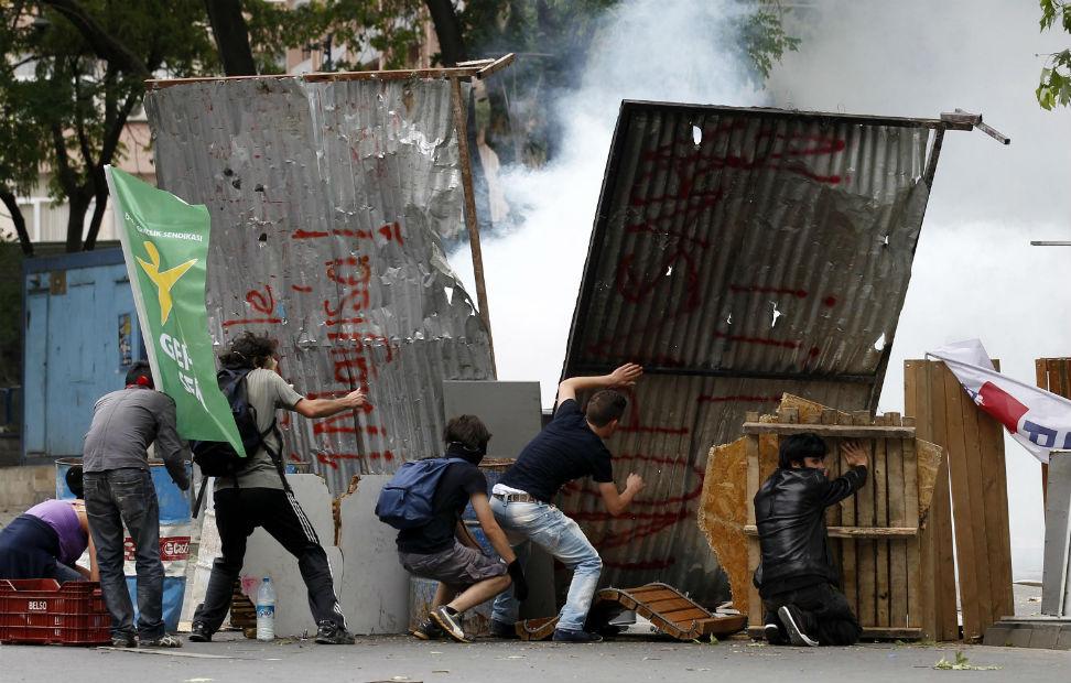 Manifestantes montan un escudo para protegerse de la policía en Ankara.