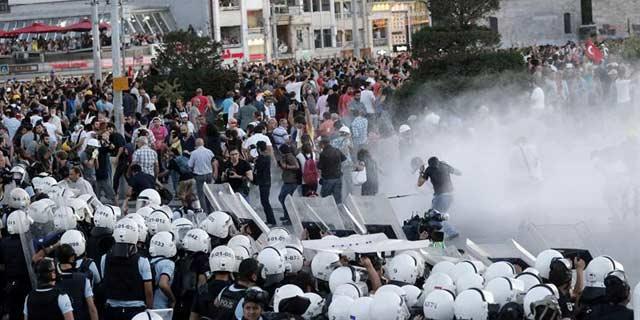 La policía turca desalojó a los manifestantes de la plaza Taksim con cañones de agua. EFE/TOLGA BOZOGLU