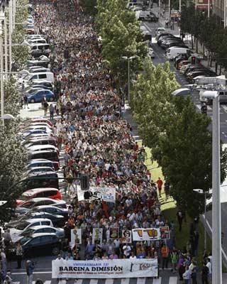 Miles de personas salieron a las calles de Pamplona para pedir la dimisión de Barcina. EFE/JESÚS DIGES