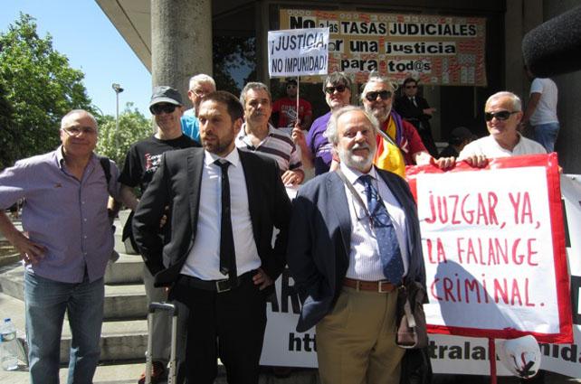 El periodista Gerardo Rivas, a la salida del juzgado, junto con su abogado y miembros de asociaciones memorialistas.