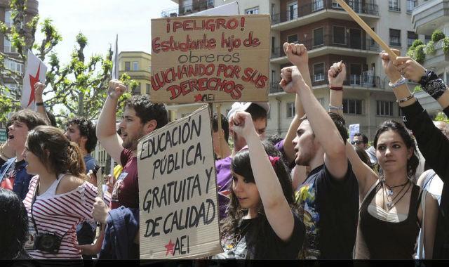 Estudiantes participan en la marea verde de mayo de 2012, en León. EFE/J.CASARES