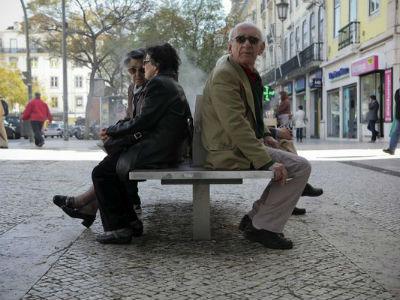 Ancianos descansan en un banco. -EFE