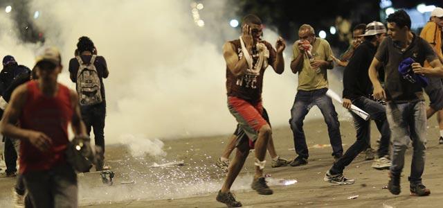 Los manifestantes escapan de los gases lacrimógenos lanzados por los antidisturbios durante las protestas en Belo Horizonte, 26 de junio de 2013. REUTERS/Ueslei Marcelino