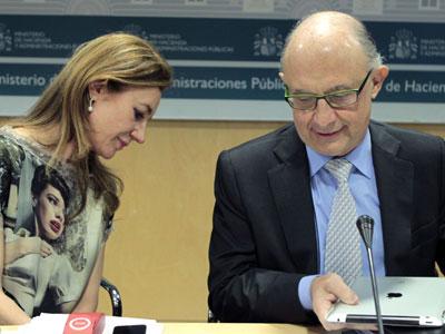El ministro de Hacienda, Cristóbal Montoro, y la secretaria de Estado de Presupuestos y Gastos, Marta Fernández Currás. EFE