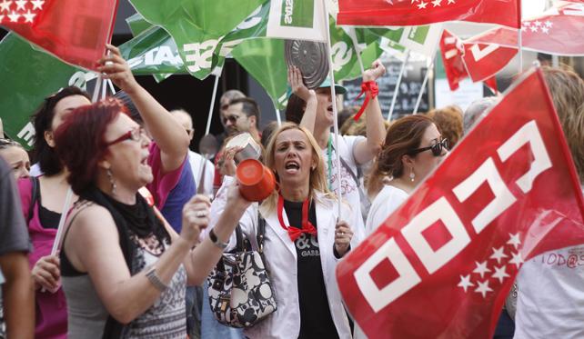 Varios manifestantes protestan frente a la sede del SESCAM contra la privatización de seis hospitales madrileños.