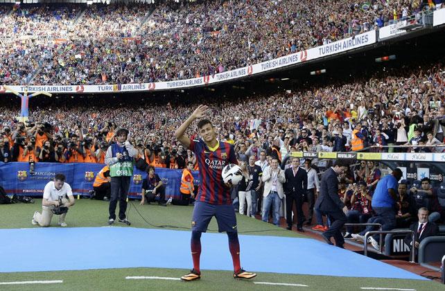 Una multitud presencia en el Camp Nou la puesta de largo de Neymar con el Barça.